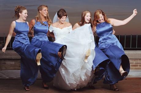 Свадебные наряды свидетельниц в едином стиле.