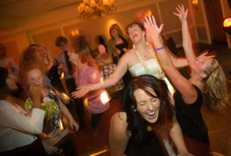 Стоит устроить веселые танцы