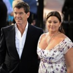 Бывший Джеймс Бонд, актер Пирс Броснан женился на бывшей телевизионной журналистке Келли Шей Смитт в августе 2001.