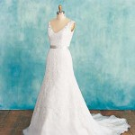 Что тебе нужно в свадебном наряде: платье с глубоким овальным вырезом.