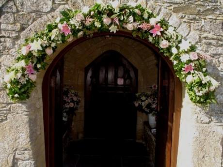 Арка из цветов на свадьбе