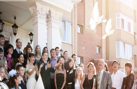 Молодожены выпускают голубей у ЗАГСа