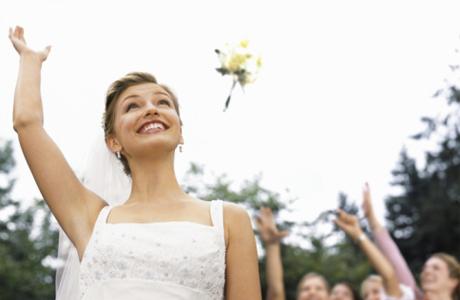 Невеста бросает свадебный букет