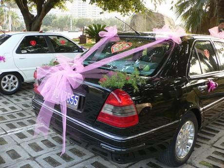 Украшение свадебного авто бантами