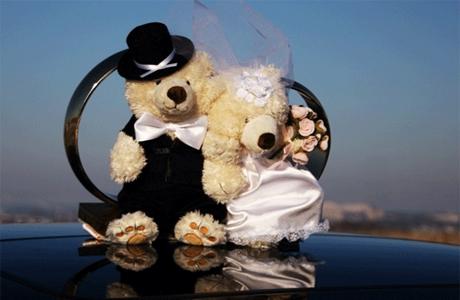 Декор свадебных колец на крыше автомобиля
