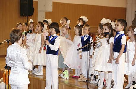 Детский хор поет на свадьбе