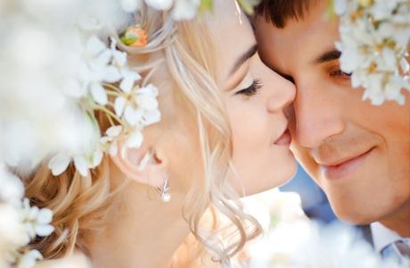 Каждый день сотни парней и девушек вступают в брак