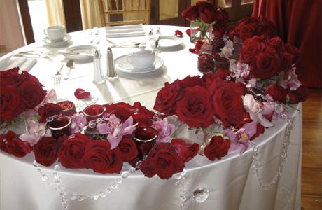 Красные цветы для зимней свадьбы