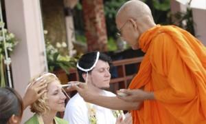 Монахи благословляют молодых