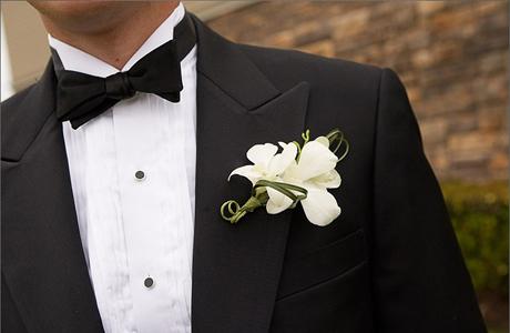 Неотъемлемым атрибутом образа жениха на свадьбе является и бутоньерка