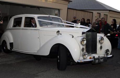 Невеста в винтажном Роллс-Ройсе