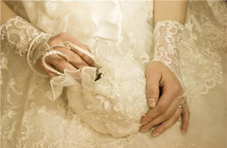 Свадебные перчатки, расшитые бисером.