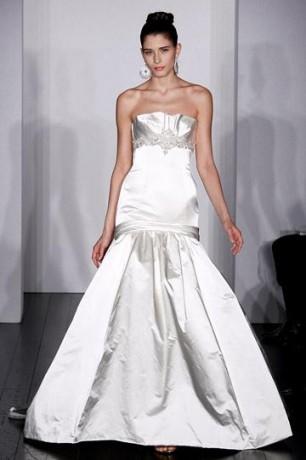 Платье из струящегося атласа