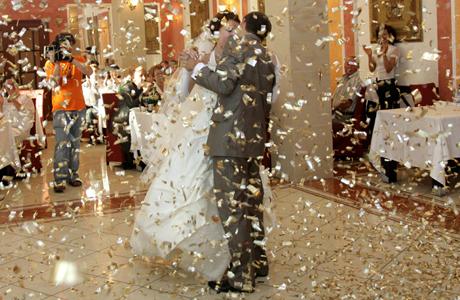 Салют из конфетти на свадьбе