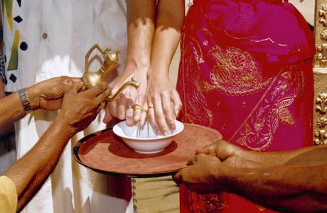 Связывание мизинцев жениха и невесты золотой нитью