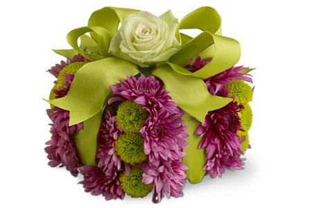 Живые цветы для украшения подарка