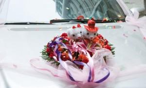 Свадебное авто, украшенное куклами
