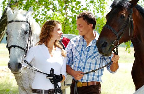 Уроки верховой езды для молодой пары