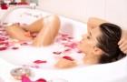 Ванна с лепестками цветов