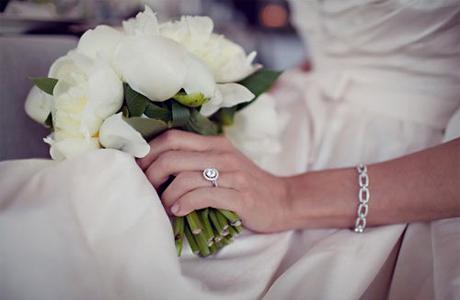 Не выпускать свадебный букет из рук