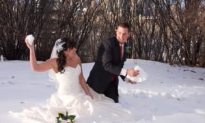 Жених и невеста играют в снежки