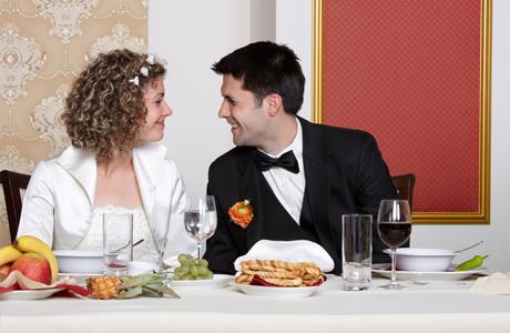 Жених и невеста за свадебным столом