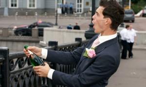Жених пьет за двоих