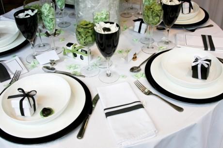 Черно-белый декор столов на свадьбу
