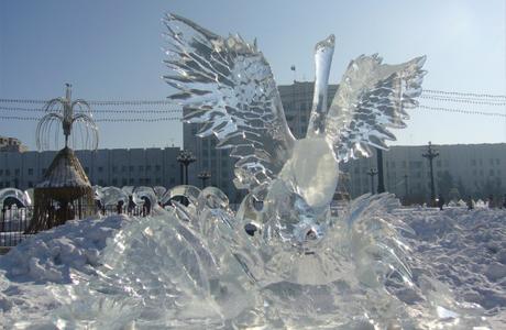 Ледяные скульптуры в форме лебедей