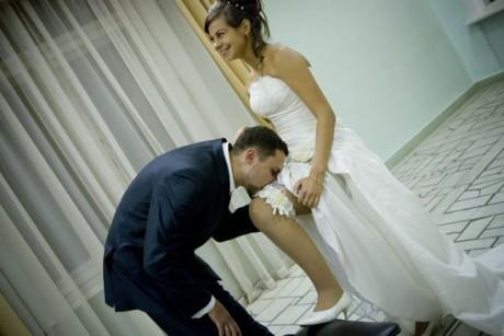 Жених снимает подвязку невесты зубами