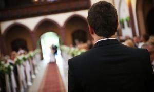 Жених ждет невесту у алтаря