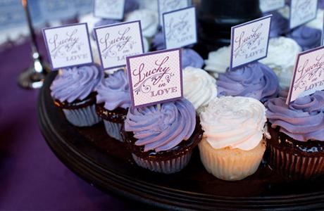 Фиолетовый и белый капкейк