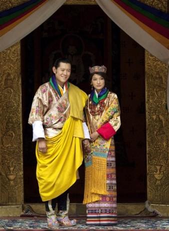 Король и королева на свадьбе в национальных нарядах