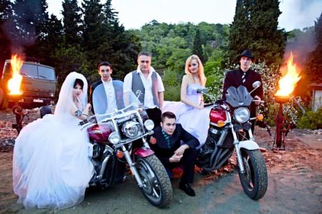 Кортеж из байкеров в свадебных нарядах
