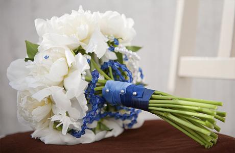 Свадебная флористика - свадебный букет с лентой и бисером