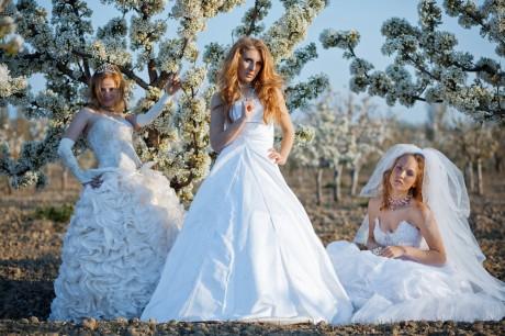 Платье белого или черного цвета