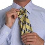 Придерживай и натягивай рукой узкий конец галстука