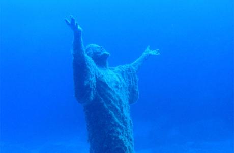 Необычная свадьба у подводной статуи Христа