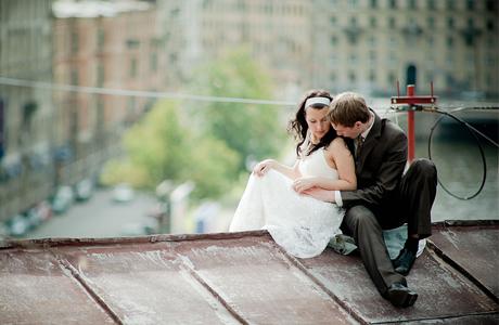 Свадебная фотосессия на крыше дома