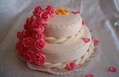 Свадебный торт украшен розовыми марципанами