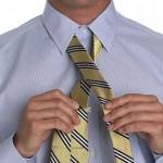 Разверни широкий конец галстука швом кверху