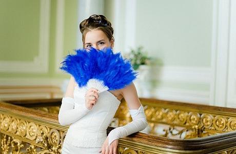 Свадебные аксессуары: синий веер невесты