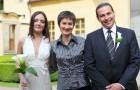 Свадебный распорядитель и молодожены
