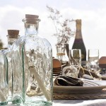 Оригинально оформленные бутылки на свадьбе могут стать ярким элементом декора