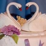 Два лебедя на свадебном торте принесут молодоженам долгую и счастливую семейную жизнь
