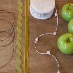 Для того чтобы сделать гирлянду, тебе понадобятся 8-10 яблок, проволока, кусачки, ленты и ножницы