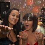 Гости и мыльные пузыри на свадьбе