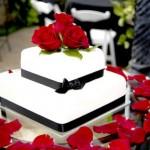 Укрась торт в стиле свадьбы: живые цветы на торте такие же, как и в руках невесты