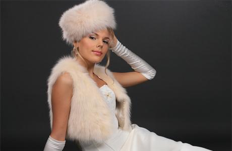 Наряд для зимней свадьбы:меховое болеро