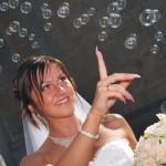 Невеста пускает мыльные пузыри